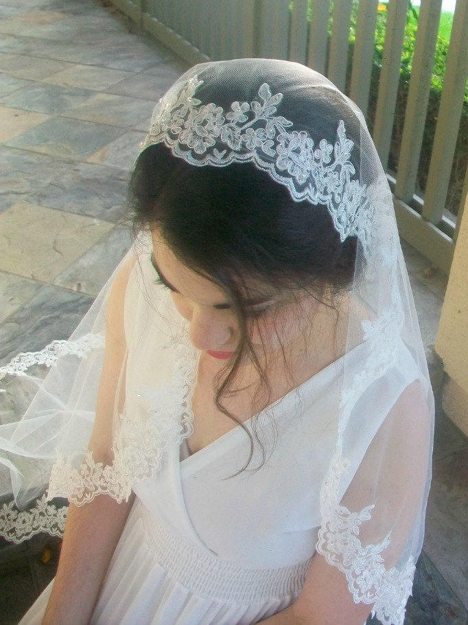 Beaded Pearl Lace Mantilla Wedding Veil Fingertip/Waltz Length 1 Tier Light Ivory Spanish Bridal With Rhinestones