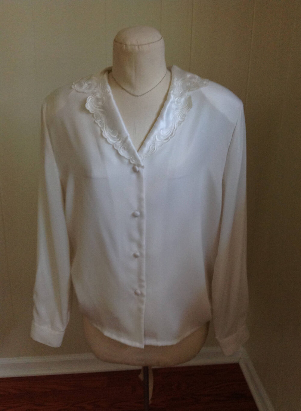 Women's Button Front Off White Satin Blouse With Embroidered Collar, Ilyssa Maxx For 3K, Classic Fancy V Neck , Tag Size 14