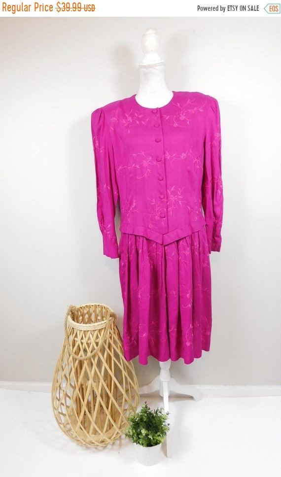 50% Off Spring Sale Vintage Kathie Lee Plaza South Magenta Pink Floral Flower Embroidered Blouson Button Down Long Sleeve Midi Dress 12 Larg