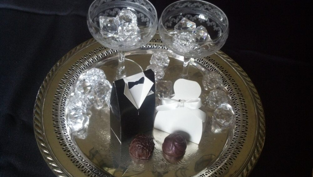 Bride & Groom Wedding Favor Boxes With Chocolate Truffles